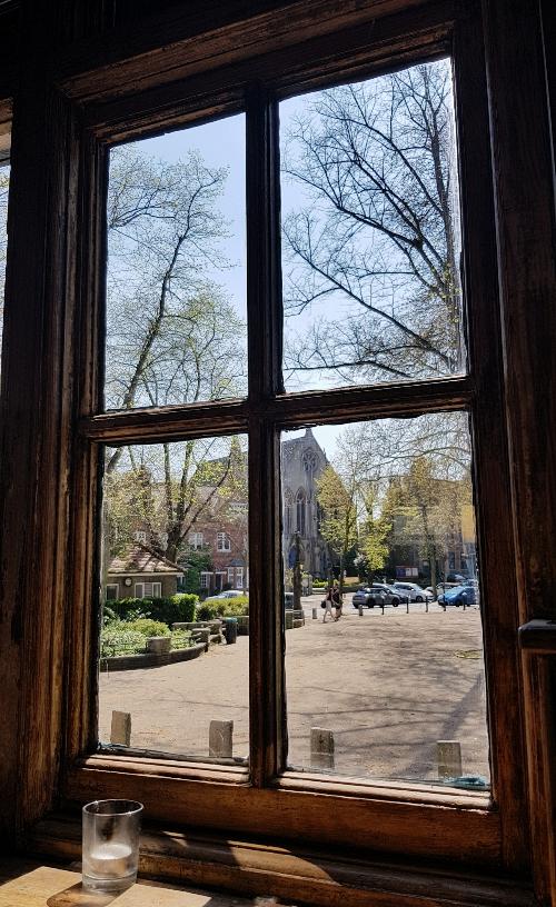 Wiosna za oknem pubu