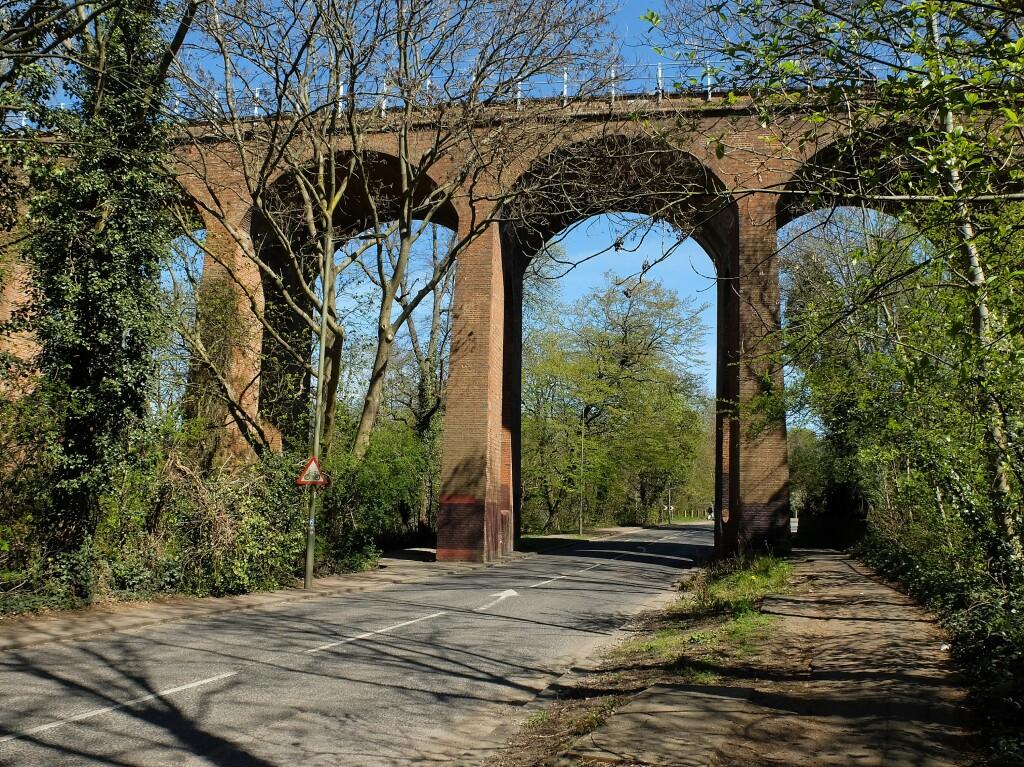Czynny wiadukt kolejowy, Finchley, Londyn